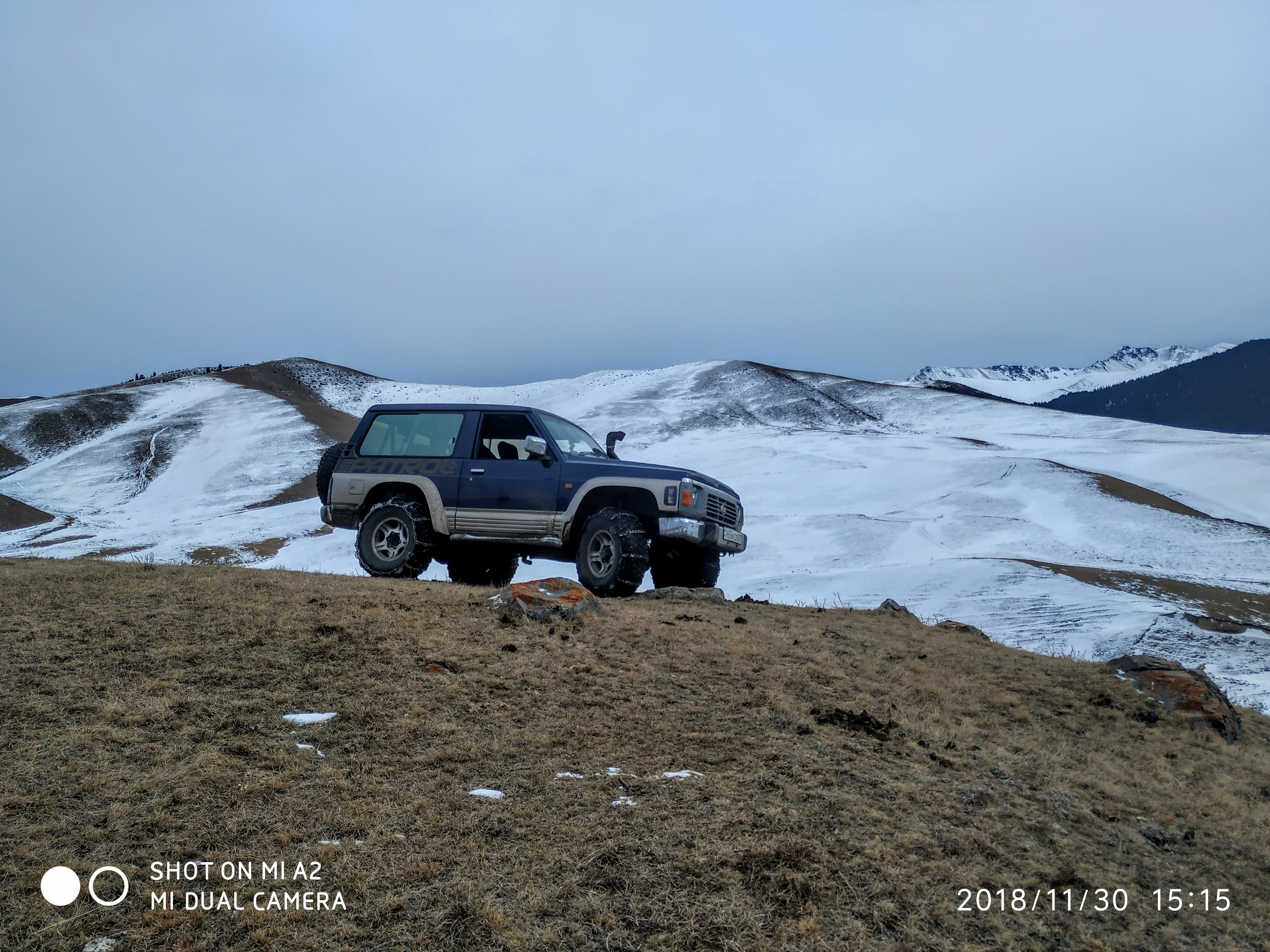 Автомобиль застрял в горах города Алматы